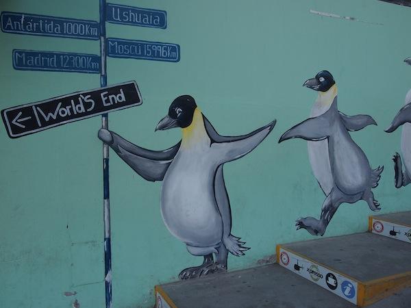 """Für den morgigen Tag freue ich mich darauf, die Magellan-Pinguine Feuerlands """"live"""" zu sehen: Hier fröhlich watschelnd in der Stadt Ushuaia."""