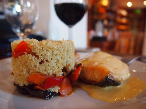 """Abends genieße ich auf einen Tipp von Daniel, meinem einheimischen Kontakt mit dem ich rasch Freundschaft schließe, ein stärkendes Abendessen im """"Placeres Patagonicos"""" (Patagonisches Vergnügen) inklusive nahrhaften Quinoa & Rotwein. Köstlich!"""