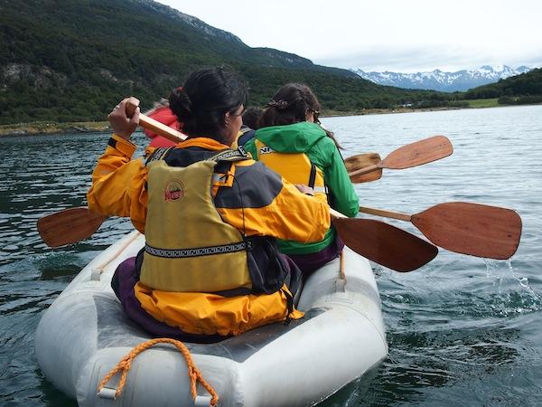 Eine Reise die ist lustig ... vor allem über Wasser, hier entlang des Beagle-Kanals im Nationalpark Tierra del Fuego.