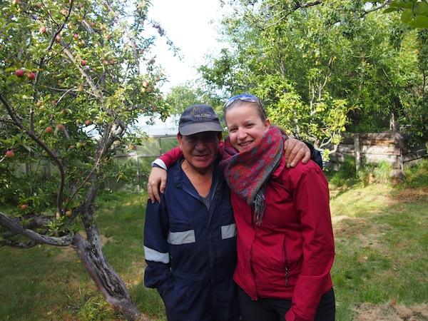 Mit Gärtner Mauricio schaue ich auch in den Apfelgarten; gleich dahinter erhebt sich das Torres-Bergmassiv. Beeindruckend!