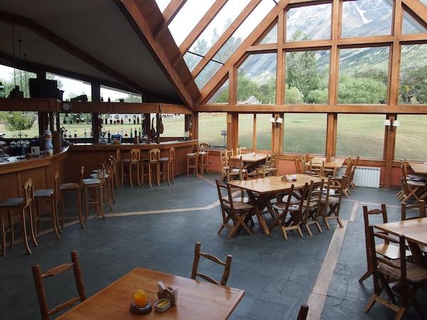 Das Hotel Las Torres lädt an allen Ecken und Enden zu spektakulären Blicken auf die Bergwelt des Nationalparks ein: Hier an der Bar, Rezeption und Aufenthaltsraum.