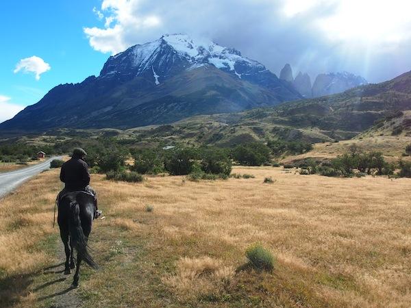 """Die Ausblicke beim Reiten sind einfach spektakulär, von """"hier aus"""" hat man das Bergmassiv stets gut im Blick. Allen voran reitet unser Gaucho Carlito ... sehr cool!"""