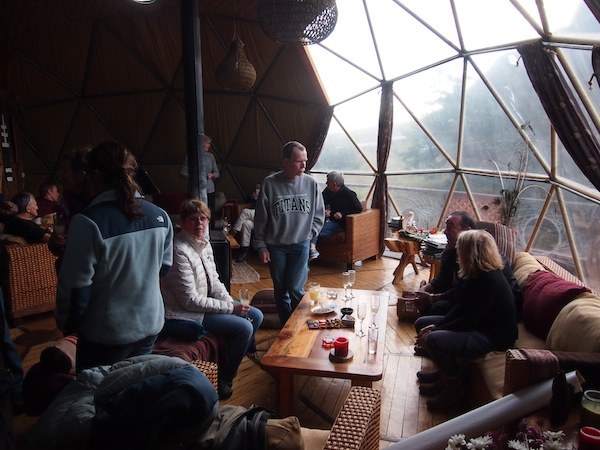 """Luxuriös ist es auch im Inneren der """"Zeltstadt"""" des EcoCamp: Hier im Gemeinschafts- und Frühstücksraum mit ausgezeichneten Speisen und Getränken wie dem berühmten Pisco Sour."""