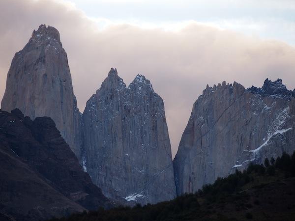 """Der Blick (mit Zoom) auf die Torres del Paine ... In diese faszinierenden Berge habe ich mich wirklich verschaut. Ich freue mich echt schon sehr auf die Wanderung zur """"Base de las Torres""""!"""