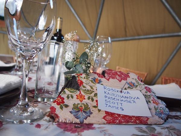 Das EcoCamp Patagonia empfängt und verwöhnt uns mit spannenden und stilvollen Details, wie diesem wunderbar gedeckten Tisch inmitten des Essenszeltes.