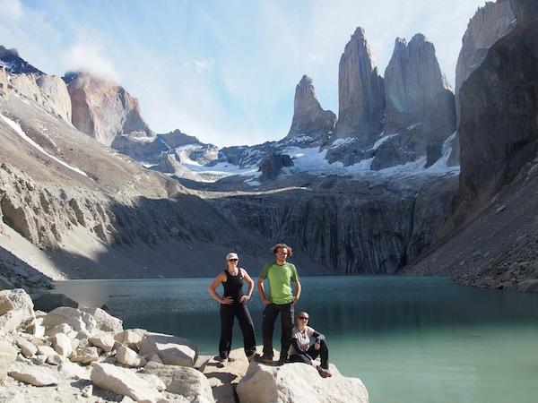 """""""Oben"""" angekommen, bietet sich uns dieser spektakuläre Blick auf den Gletschersee und die Spitzen der """"Torres del Paine"""" - ein unglaublich mächtiger und wunderschöner Ort."""