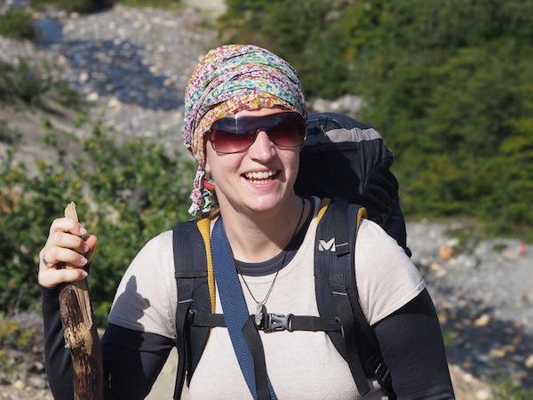 So macht Trekking Spaß: Reisefoto von unterwegs mit improvisiertem Sonnenschutz & Wanderstock!