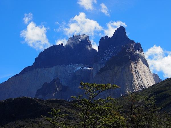 Diese faszinierende Berglandschaft der berühmten Torres del Paine zieht uns einfach immer wieder in ihren Bann ... Hier ein Blick auf die berühmten Los Cuernos, an deren Fuße wir campen.