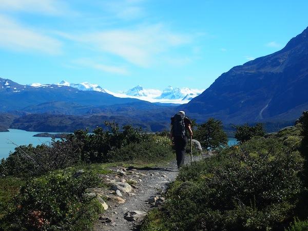 """Unterwegs mit Freunden entlang des berühmten """"W"""" im Torres del Paine Nationalpark."""