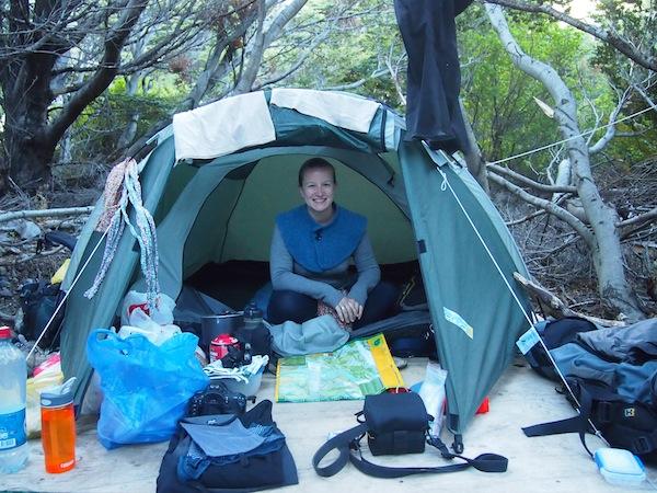 """Für die ersten beiden Nächten habe ich """"una carpa armada"""", also ein fix und fertig aufgebautes Zelt samt Schlafsack im Nationalpark gebucht ... Für die Nachtruhe ist es zwar etwas hart, dafür günstig und man ist inmitten der anderen Camper """"mitten im Geschehen""""! Que bueno!"""