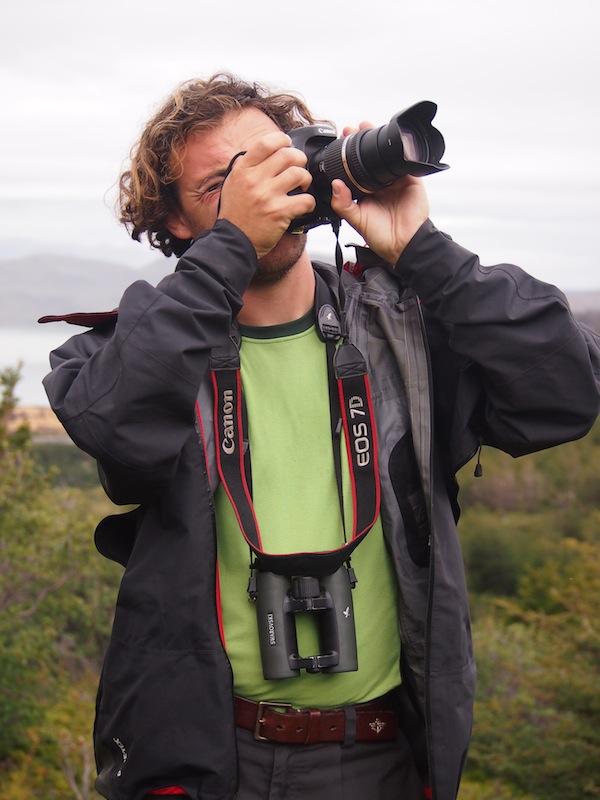 """Ihr Freund Julien, der sie seit einigen Monaten durch Neuseeland, Australien und Südamerika begleitet, ist erfahrener Vogelbeobachter und begeisterter Fotograf: Seine """"Swarovski-Augen"""" verhelfen uns zu tollen Vogelbeobachtungen in freier Natur!"""