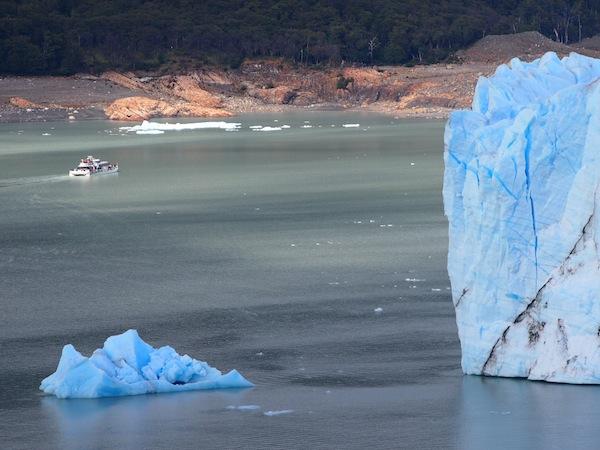Vom-Besucherzentrum-aus-erreicht-man-in-15-Minuten-den-Grund-des-Gletschers-von-dem-aus-sich-erneut-spektakuläre-Aussichten-eröffnen.