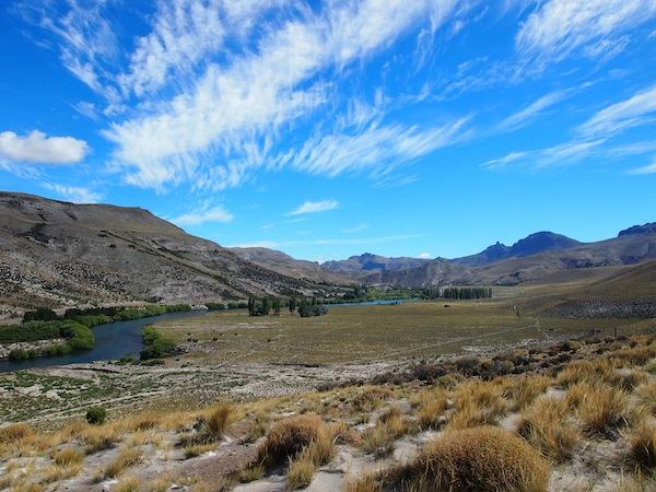 Oben angekommen, bietet sich uns ein spektakulärer Ausblick auf die umliegende Landschaft.