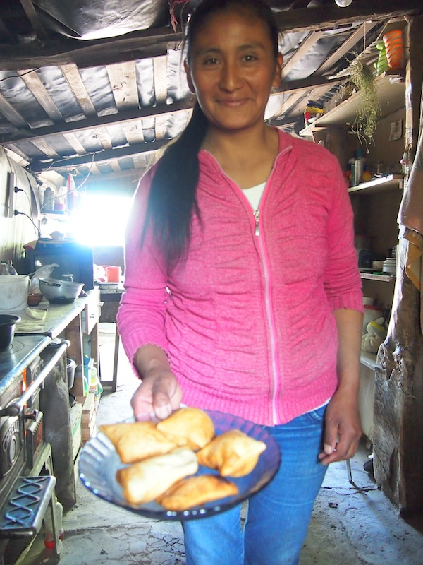 Fernáns Frau empfängt uns mit selbstgebackenen Tortillas (Weizenfladen).