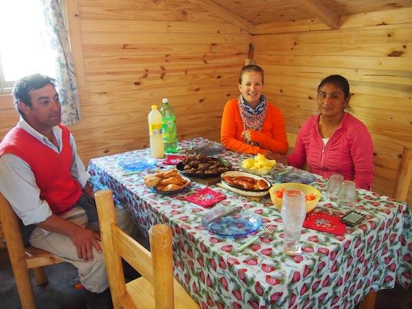 Im Neubau des Hauses essen wir fürstlich zu Mittag, auf den Tisch kommen ein scharfer Tomaten-Salat, Kartoffel, gebratenes Fleisch und Tortillas.
