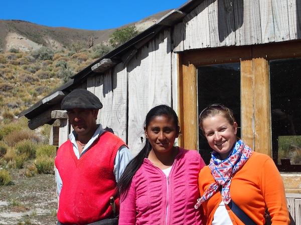 Nach einer ca. halbstündigen Wanderung erreichen wir die selbstgezimmerte Hütte der Familie hoch oben in den Cerros (Hügeln) von Villa Llanquín.