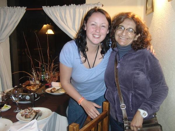 Ein halbes Jahr zuvor traf ich während meiner Weltreise im Jahr 2011 auf Luisa aus Argentinien (im Bild rechts), die meine dänische Reisegefährtin und mich mit ihrem sprühenden Wesen total in den Bann gezogen hat: Sie hat, ich schwöre, mehr und aufgeregter geplappert als wir beide zusammen, irgendwann gab es keinen Altersunterschied mehr!