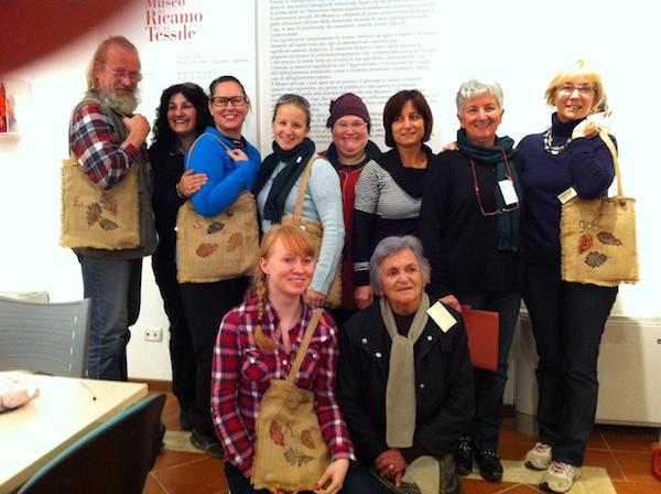 Unter Anleitung lernen wir hier unsere eigenen Taschen mit Herbstmotiven zu besticken. Nähere Infos zum Kulturprogramm gibt's auf dem Kreativ-Reisen-Blog: http://blog.kreativreisen.at/creative-tourism-in-Italy