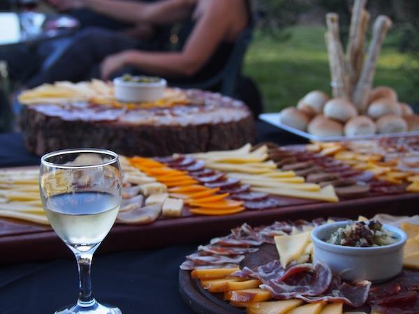 """Im Weingut Renacer (""""Wiedergeburt"""") werden wir mit köstlichen Speisen des Hauses empfangen - ganz im Sinne einer echten """"Hauerjause"""" ;)"""