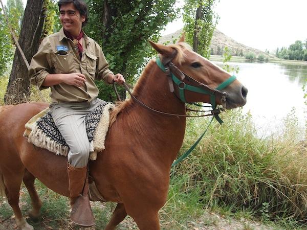Unser Anführer hoch zu Ross entführt uns in entlegene Winkel und hinauf auf die Hügel der Landschaft des Weingutes: Ein kleines Königreich inmitten der Weinlandschaft Mendozas.