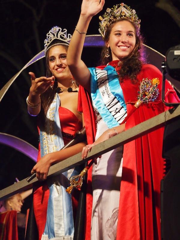 """Auf geht's: Jede will gewinnen! Aus allen Ecken und Enden der Provinz Mendoza wird pro Bezirk eine Winzerkönigin gekürt, von denen am Schluss eine Weinkönigin (""""La Reina"""") erkoren wird."""