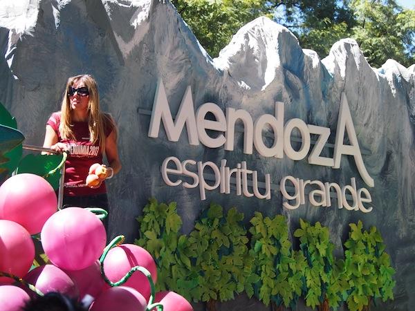Ganz Mendoza ist außer Rand & Band und feiert: Noch nie habe ich eine Stadt dermaßen stolz, laut, bunt und fröhlich den Weinherbst bzw. Erntedank feiern sehen ...