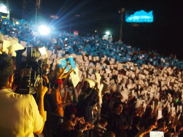 Das Spektakel und die Atmosphäre im Stadion wird dank internationalen Medien in mehr als 100 Länder übertragen - Wahnsinn! Nur Fußball löst hier angeblich noch größere Emotionen aus ...