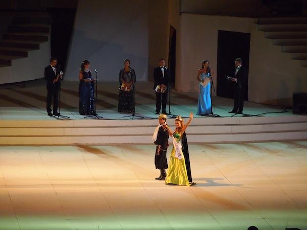 """Grazil schreiten die Winzerköniginnen einzeln über die Bühne, bevor das großartige, """"magische Wein- & Stein-Theater"""" für sie und Tausende Zuseher über die Bühne gehen wird ..."""