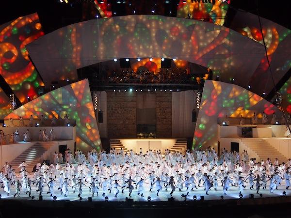 """Zum Abschluss des feierlichen und lebhaften """"Theaters"""" schwingen alle Tänzer und Darbieter sämtliche Fahnen Argentiniens, diese Freude und Stolz sind wahrlich ansteckend, kaum jemand auf den Rängen bleibt nun sitzen ..."""