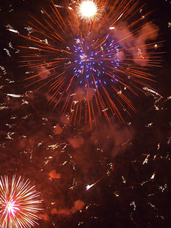 """Zum Abschluss gibt's noch ein fulminantes Feuerwerk, das auf die Besucher sowie die gesamte Stadt Mendoza über 20 Minuten lang niedergeht und auch für mich noch nie gesehene """"Feuerbotschaften"""" beinhaltet ... alles einfach nur WOW!"""