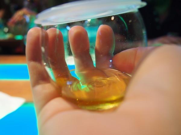 So eine Olivenöl-Verkostung macht Spaß: Zuerst erwärmen wir das Öl in diesen speziellen Verkostungsbechern auf ca. 28 Grad, damit sich die Aromen für Nase & Gaumen voll entfalten können.