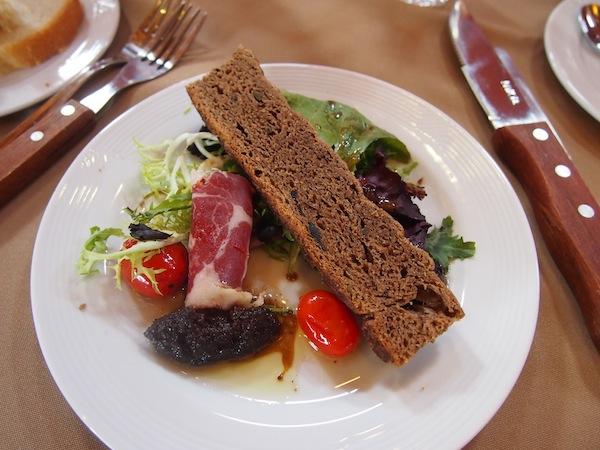 Diese Vorspeise mit sonnengereiften Tomaten und köstlichem Oliven-Chutney kann sich wirklich sehen lassen ... Toller Geschmack der auf der Zunge zergeht!