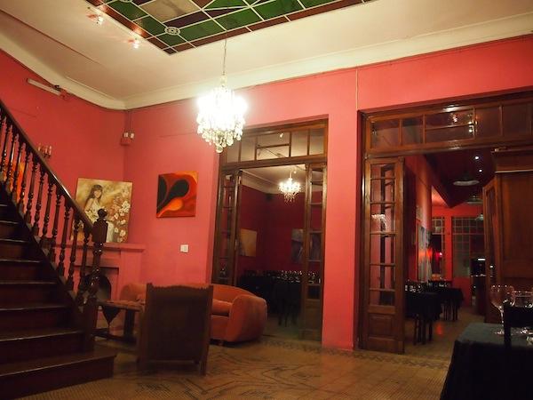 Last but not least stele ich Euch dieses nette Restaurant vor, Pasionaria unweit des Zentrums von Salta: Große Räume mit hohen Decken und netten Details laden ebenso ein wie das gute Essen und der hervorragende Rotwein aus der Region Cafayate, ca. eine Stunde südlich von hier.
