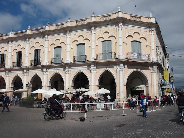 Am Plaza 9 de Julio, dem Hauptplatz von Salta, kann man gemütlich Tauben zählen und das rege Tummeln der Menschen beobachten.