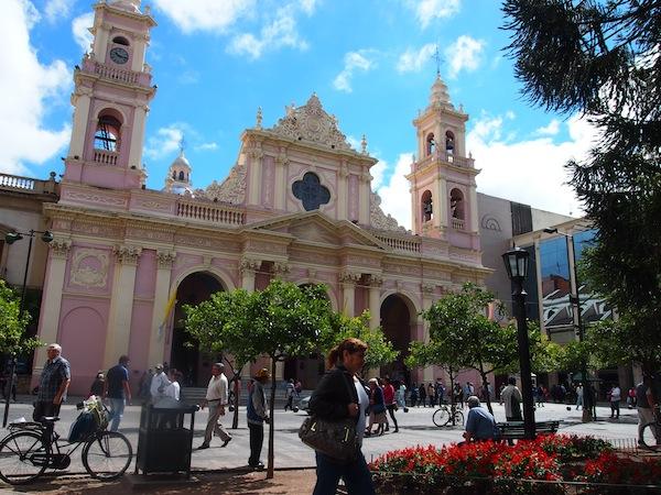 Die Stadt Salta sticht durch hervorragend erhaltene Kolonialbauten hervor, die an die Zeit der spanischen Conquistadores erinnern.
