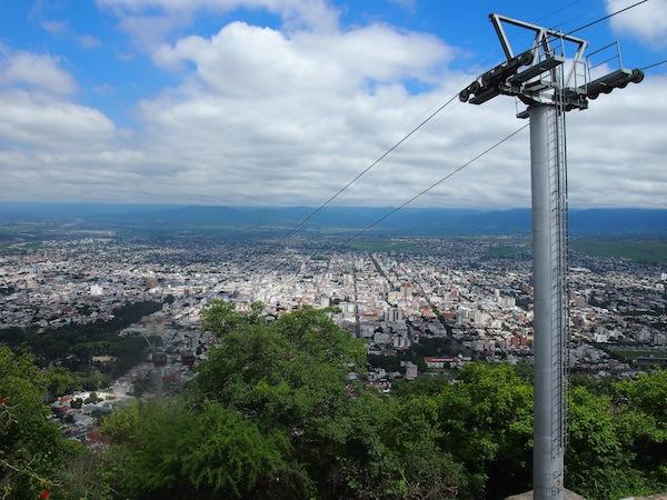 Von ganz oben jedenfalls genießt man einen herrlichen Blick auf die Stadt Salta.