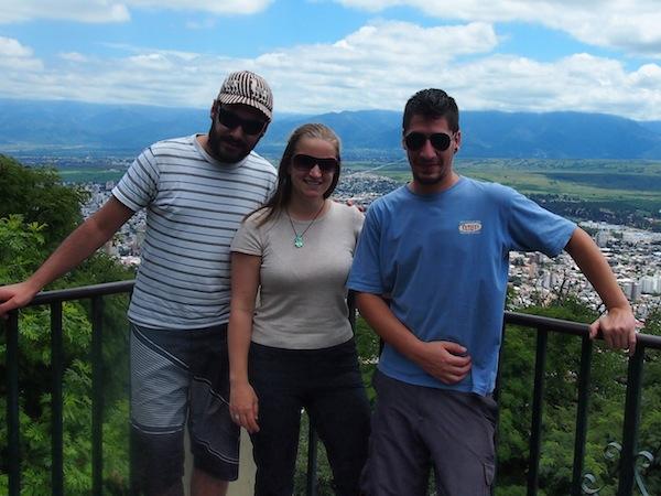 Zusätzlich genieße ich hier das Gespräch mit diesen beiden Jungs aus Buenos Aires und teile neben Reise-Anekdoten zwei große Flaschen Bier mit ihnen ... Spontaneität lohnt sich und schafft neue Freundschaften ;)