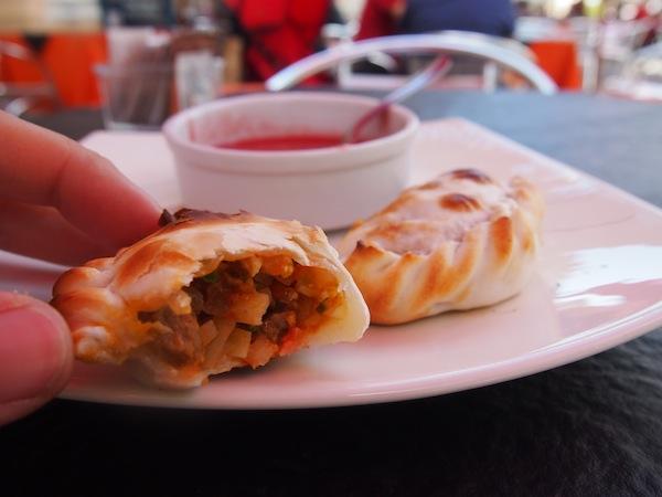 """Mittagspause mit lecker gefüllten """"Empanadas Saltenas"""" aus der Region."""