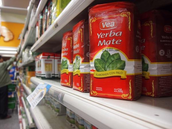 Die Auswahl im Supermarkt ist ganz schön groß: Schließlich entscheide ich mich für ein halbes Kilo original Mate-Kraut, das ich an der Grenze deklarieren muss und wohl am besten vor dem Rückflug nach Europa verbrauche - könnte ja verdächtig erscheinen. ;)