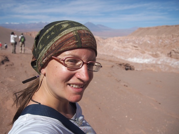 """""""Desert Girl"""": Gute Kopfbedeckung und (keine!) Kontaktlinsen zu tragen, sind sehr wichtig bei einer Wüstenbegehung ... !"""