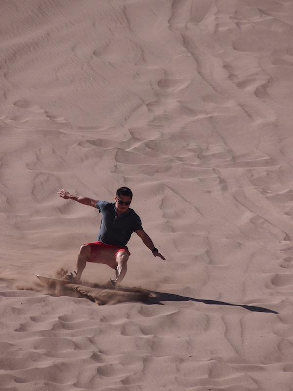 Coole Sandboarder treffen wir ebenfalls auf unserem Weg durch die Wüste.