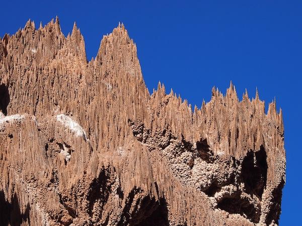 """Im """"Salz-Canyon"""" erleben wir unter anderem diese spektakulären Felsformationen, die durch mineralische Ablagerungen entstanden sind ... wie Stalagmiten in einer Höhle, jedoch an der freien Luft!"""