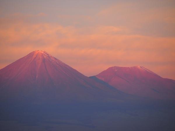 .. wie beispielsweise diese beiden Vulkanberge in zartem Rosarot ...