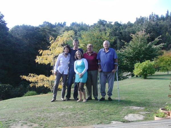"""Allen voran: """"Meine zweite Familie"""" in Neuseeland (v.l.n.r.): Denise & Crispin Raymond, welche vor rund 10 Jahren (damals waren sie gerade über 50) nach Neuseeland ausgewandert sind und dort """"Creative Tourism New Zealand"""" gegründet haben - eine Inspiration, die junge Reisende wie mich auf den Plan riefen, sie mit 24 Jahren zu besuchen und in ihrer Arbeit zu unterstützen. Ganz rechts: Billie (+) und Roy, meine """"zweiten Großeltern"""" in Neuseeland."""