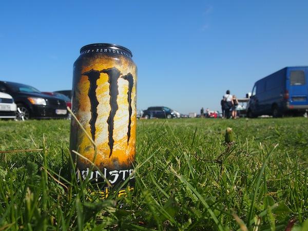"""Dieser Energy-Drink pusht uns schon mal ganz chemiefrei, weil rein naturbelassen, in """"ungeahnte Höhen"""": Festivalstimmung am Surfworldcup-Gelände direkt in Podersdorf am See!"""