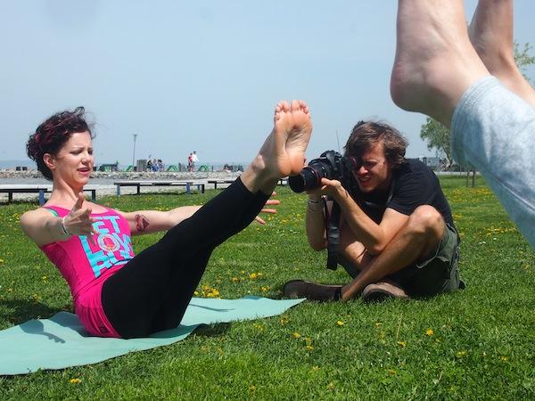 Yoga ist schon klasse. Aber direkt am See? Bei frischem Wind, im Sonnenschein, mit Blick auf die Kitesurfer am Neusiedlersee? Einfach – unschlagbar! Vollster Körpereinsatz der Reiseblogger :D