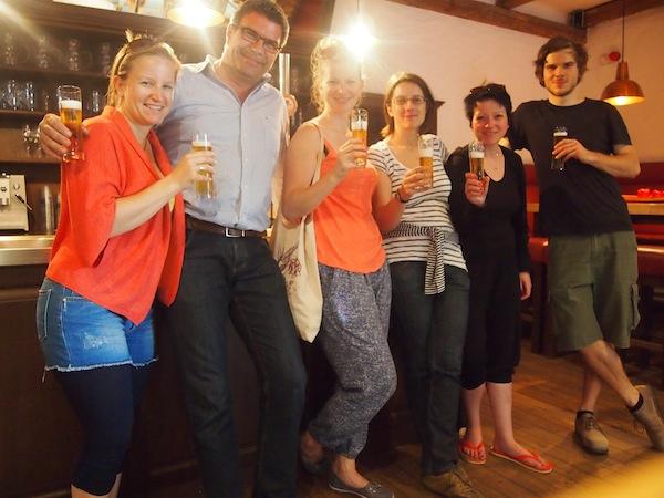 Geschichtenerzähler Harry in der Bierbrauerei Gols, die in jedem Fall einen Besuch lohnt: So viel Geistesreichtum und Initiative muss einfach belohnt werden. Das Bier schmeckt zudem hervorragend!