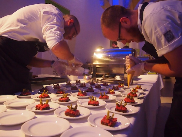 Die Köche und ihre Teams - alle Star-Köche des Festivals kochen an diesem einen Abend für uns auf! - legen sich mächtig ins Zeug: Wir lieben die Verkostungen auf wirklich allerhöchstem Niveau. Beeindruckend.