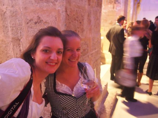 """Für die feierliche Eröffnung des sechsten internationalen Wachau Gourmet Festivals haben wir uns fein herausgeputzt: Sogar meine Freundin Nathalie steckt mit uns im traditionellen österreichischen Dirndl - """"We're loving it!"""""""