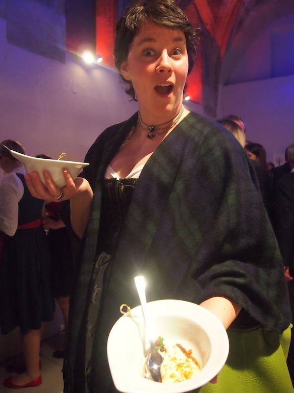 Schnell ist alles weg: Anna kann es nicht glauben, so sehr geben wir uns den kulinarischen Leckerbissen hin!